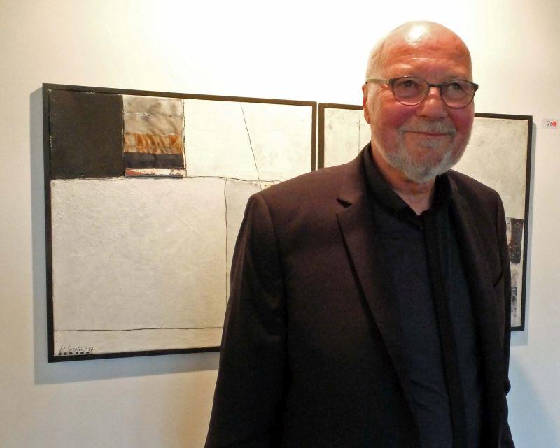 Ausstellungsleiter der Kunstausstellung Bayrischzell Klaus Gogolin vor seinen Acryl-Collagen. Foto: Ines Wagner