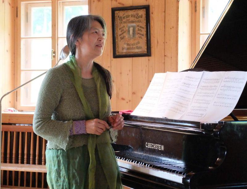 Masako Ohta führt durch die Matinee. Foto: Ines Wagner
