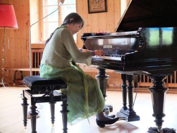 """Pianistn Masako Ohta - seit Jahren gern gesehene """"Künstlerin in Residency"""" am Tannerhof."""