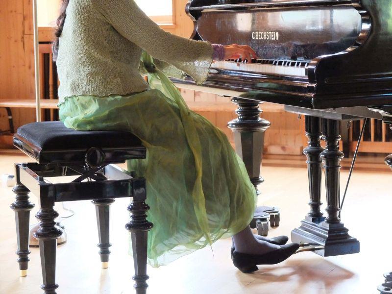 Verzaubert die Zuhörer mit ihrem Klavierspiel (Füße).