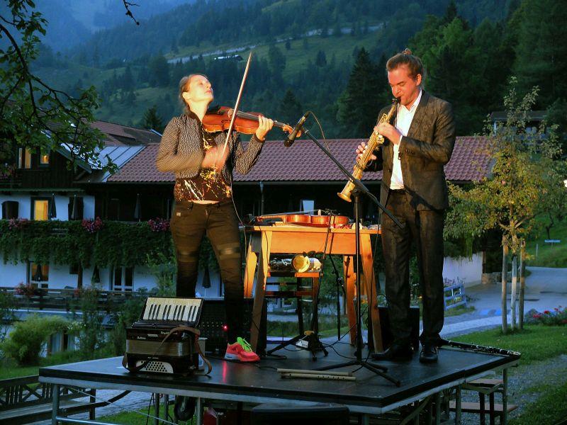 Duo Härtel Trübsbach unterm Apfelbaum am Tannerhof - Marie-Theres Härtel und Florian Trübsbach