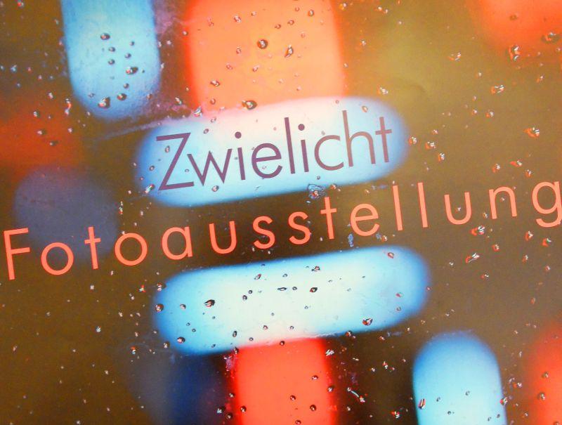 """Plakat (Ausschnitt) der Ausstellung """"Zwielicht"""" im Rahmen des Lichtbild Festivals von Kunstdünger e.V."""