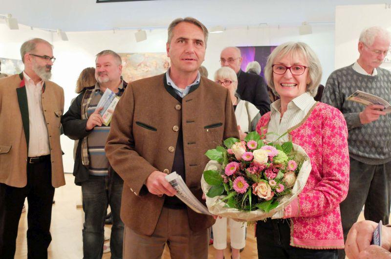 Bürgermeister Johannes Hagn mit Organisatorin Eva Knevels zur Vernissage der 68. Tegernseer Kunstausstellung