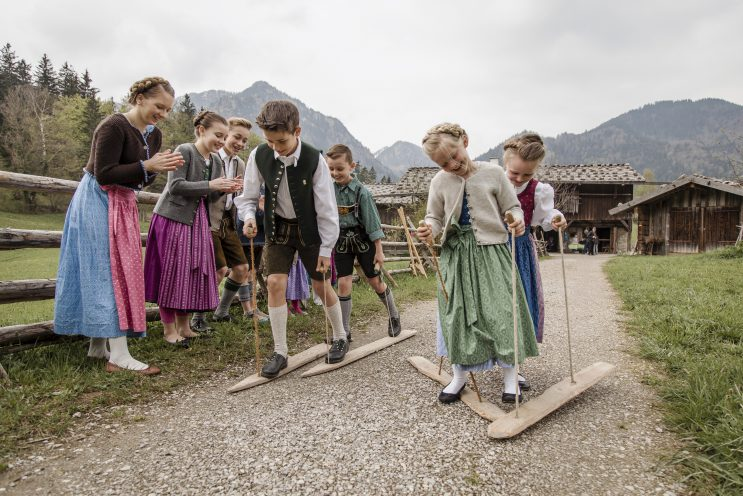 Schlierseer Kulturherbst im markus Wasmeier Museum - KINDERSPIELE WIE EINST Auf den Spuren von Omas und Opas Kindheit