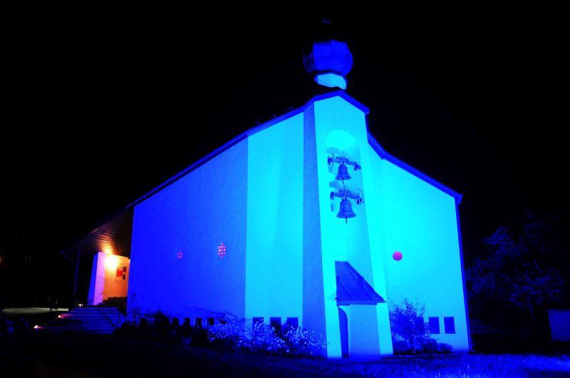Christuskirche Schliersee von Architekt Olaf Gulbransson in Kulturherbst-Beleuchtung