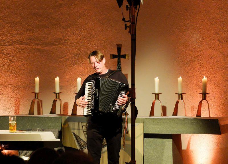 abarettist Andreas Rebers alias Reverent Rebers mit seinem Akkordeon in der Christuskirche in Schliersee