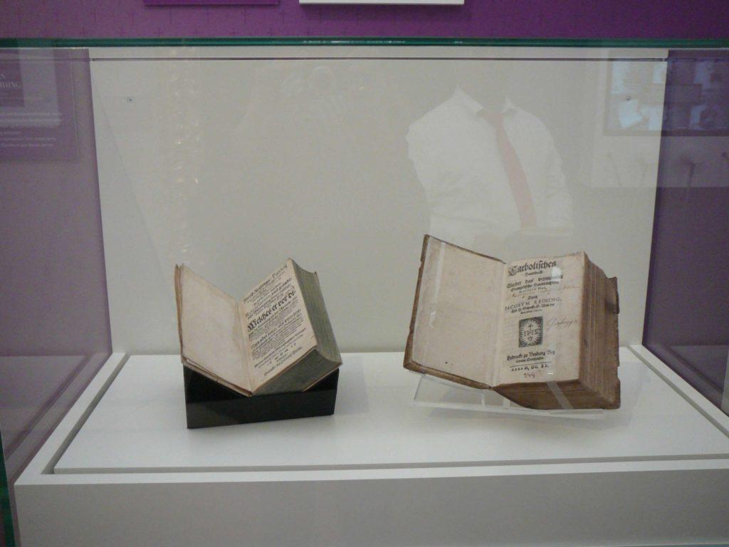 Zwei Bücher vom selben Autor: einmal lutherisch, einmal katholisch Foto: Klee