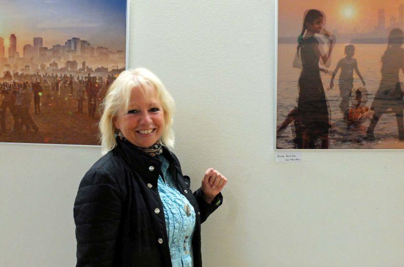 Karin Rebecca Baum vor ihren mehrfachbelichteten Bildern aus Indien. Foto: Ines Wagner