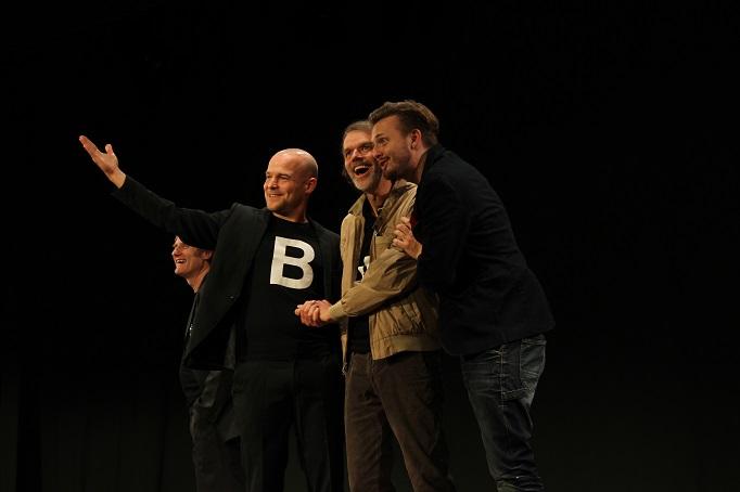 Der Sparer ist glücklich, er macht das große Geld: Paul Kaiser, Marc-Philipp Kochendörfer, Butz Buse, Philipp Moschitz (von links)