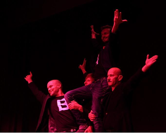 """Es wird schummrig auf der Bühne, ganz wie in """"Cabaret"""": Marc-Philipp Kochendörfer, Paul Kaiser, Philipp Moschitz, Hubert Schedlbauer (von links)"""