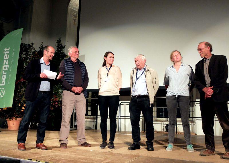 Michael Pause (Leiter des Bergfilm-Festivals) begrüßt die Jury: Benedikt Kuby, Mojca Volkar Trobevšek, Martin Kaufmann, Julia Brunner, Helmut Scheben (v.l.)