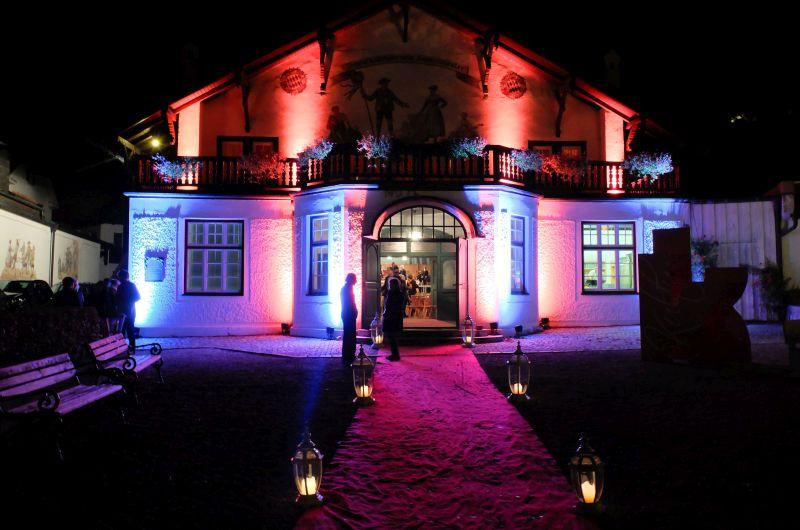 Das festlich illuminierte Bauerntheater während des Schlierseer Kulturherbstes