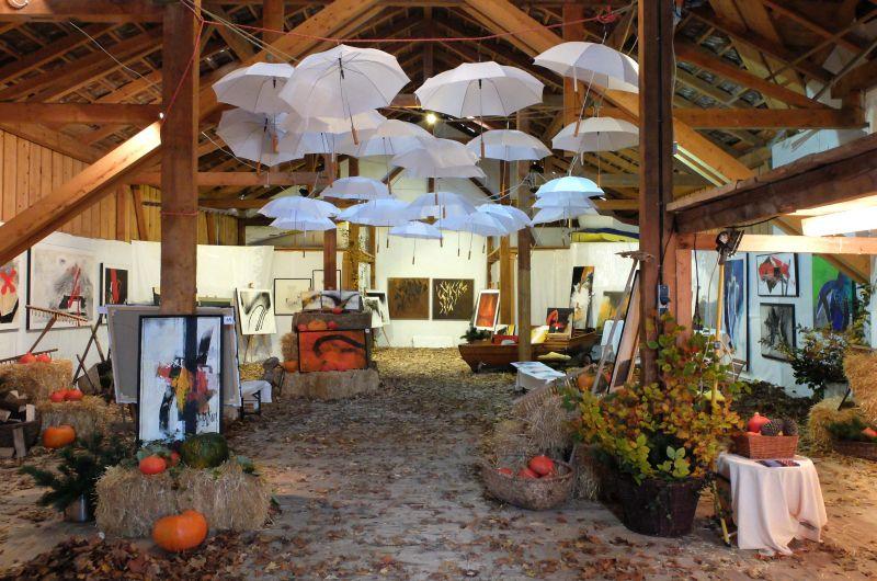 Imposant dekorierte Herbstausstellung Walter Franzen auf der Tenne