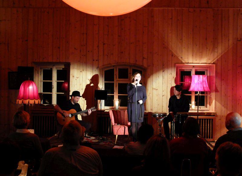 Das Publikum lauscht gebannt der Stimme von Jazzsängerin Kerstin Dietrich von Caedée am Tannerhof auf der Alten Tenn