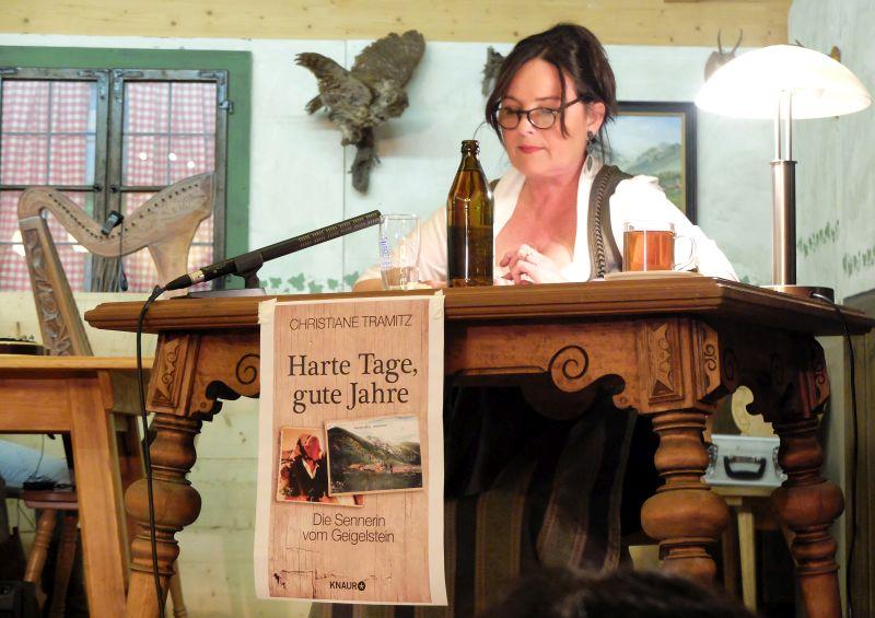 """Christiane Tramitz liest aus """"Harte Tage, gute Jahre""""."""