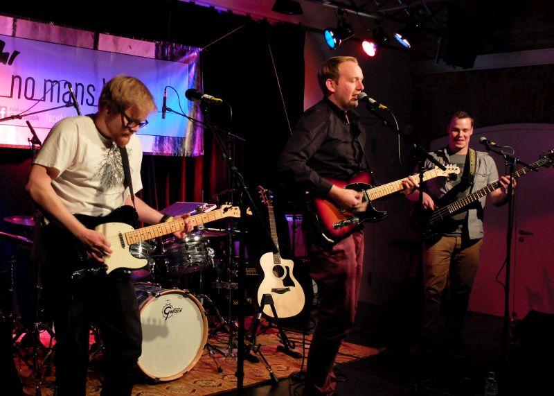 """Countryrock-Band """"No Mans Land"""" aus Bad Tölz um Frontmann Tobias Gmach beim Keller Kultur Festival, angekündigt von Vinzenz Semmler"""