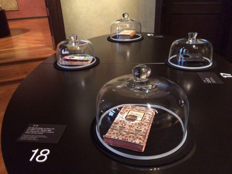 """Bücher unter der Käseglocke: """"Bibliothek der Gerüche"""" im Museum Villa Stuck."""