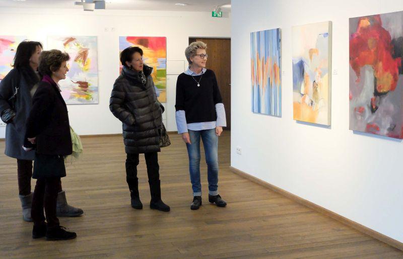 Gerlinde Belz-Küpper mit Ausstellungsgästen.