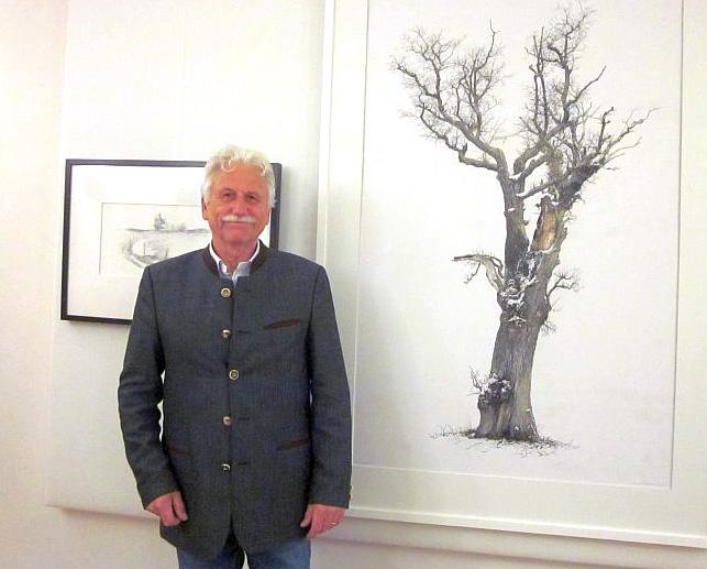 Buch Gunnar Matysiak vor einem seiner Baum-Bilder