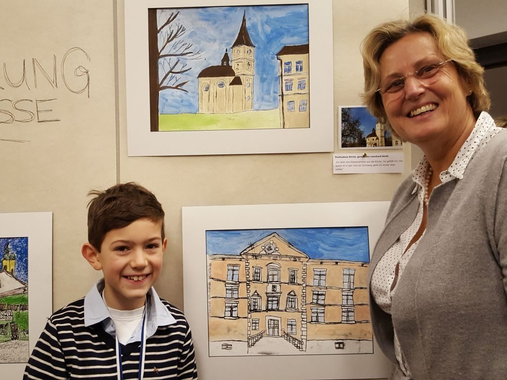 Maxi Kopp mit Bürgermeisterin Ingrid Pongratz - Kinder malen mit Fantasie