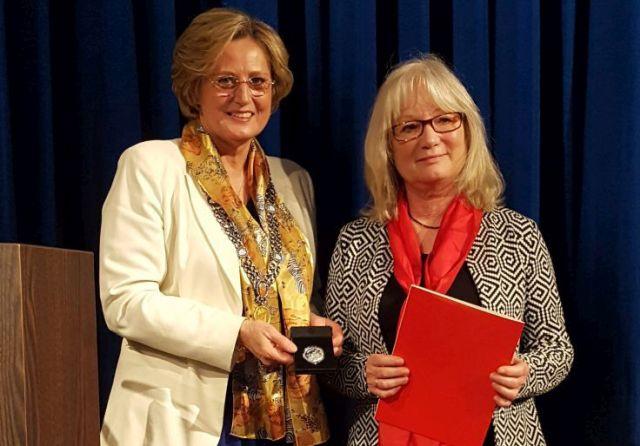 Lisa Braun-Schindler erhält die Ehrung durch Bürgermeisterin Ingrid Pongratz.