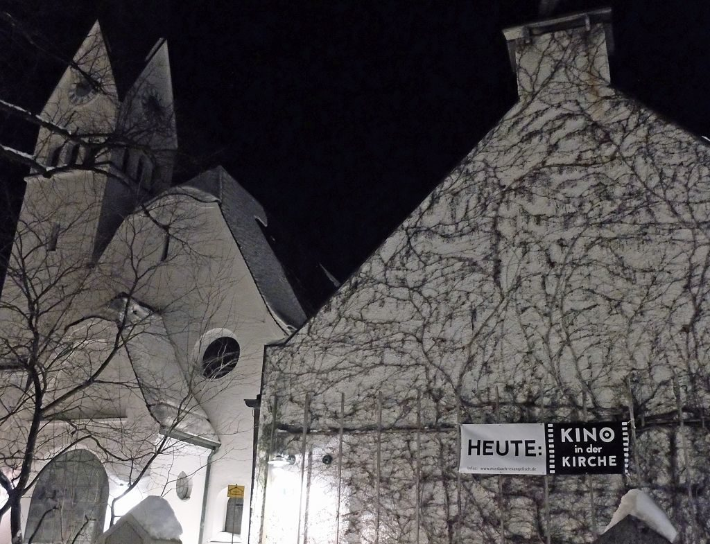 Es ist wieder Kino-in-der-Kirche-Zeit - angestrahlte Fassade der Apostelkirche in Miesbach