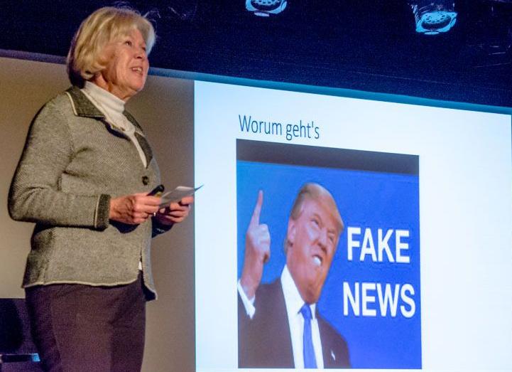 Monika Ziegler startet den Abend mit der Folie: Worum geht´s: Fake News - mit dem Bild von Donald Trump