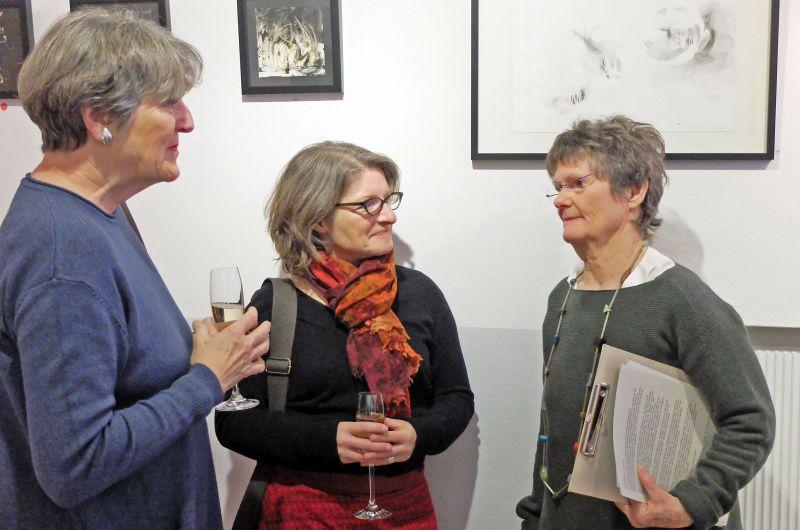 Nele von Mengershausen (rechts) im Gespräch mit Besucherinnen der Vernissage