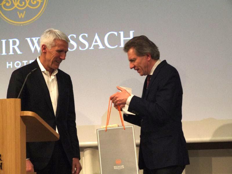 Korbinian Kohler (rechts im Bild) dankt dem Referenten Ralf Wintergerst