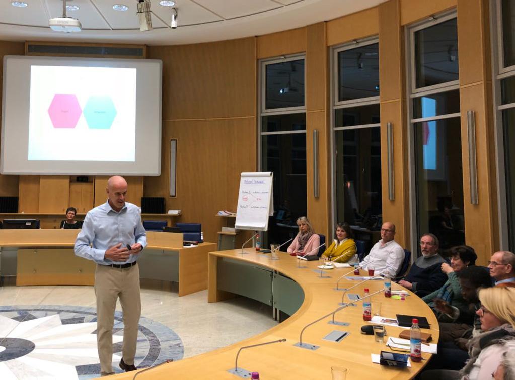 Kommunikationstrainer Carsten Schroeter beim Traning für den Marktlatz Gute Geschäfte für die Ehrenamtlichen der Vereine