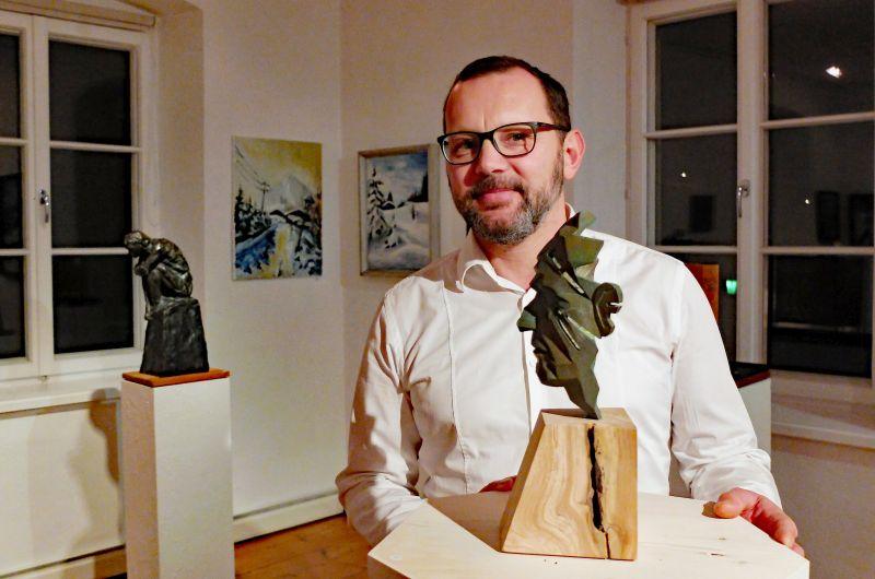 """Markus Thurner vor Modell """"Altwürde"""" für die Kunststrasse Imst."""