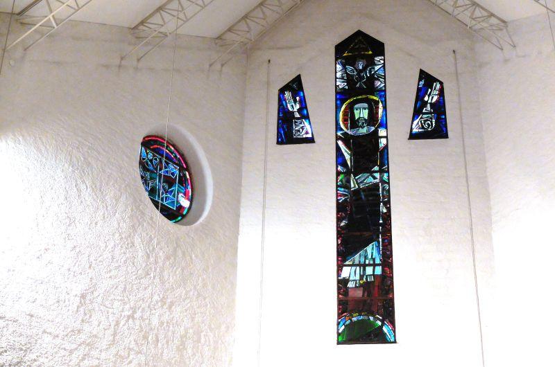den Blick ruhen lassen an den bemalten Glasfenster der Auferstehungskirche.