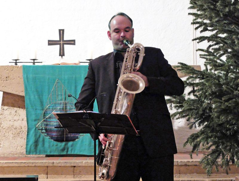 Thomas Tomaschek spielt auf dem Baritonsaxofon.