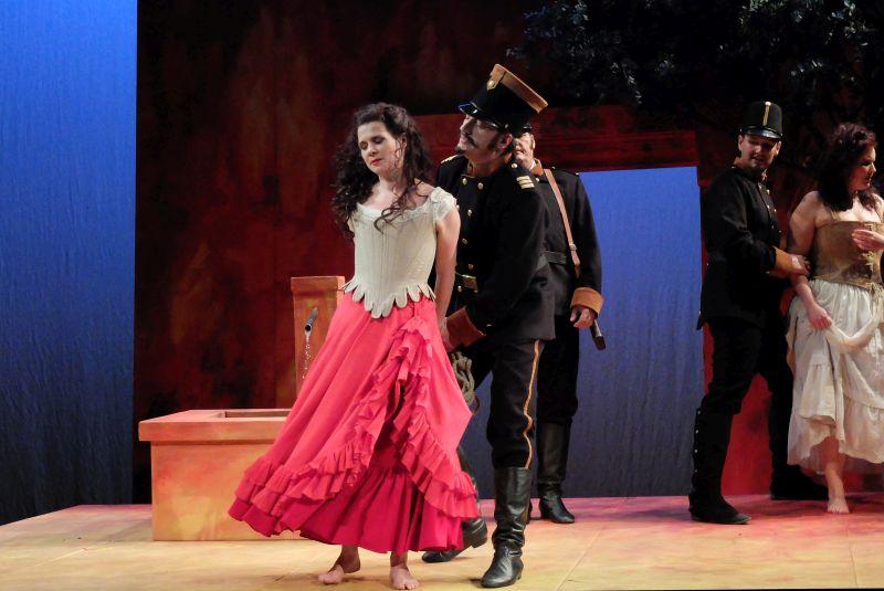 Carmen - gespielt von Denise Felsecker - wird verhaftet