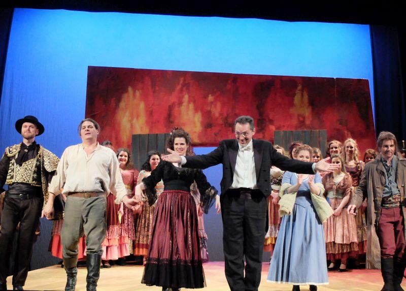 Solisten de FLTB und Intendant und Chefdirigent Rudolf Maier-Kleeblatt bei der Premiere von Carmen