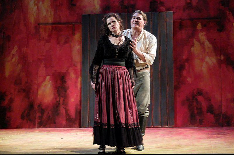 José versucht ein letztes Mal, Carmens Liebe zu gewinnen