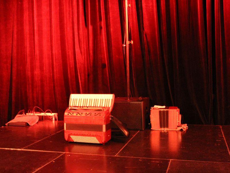 Eine fast leere Bühne