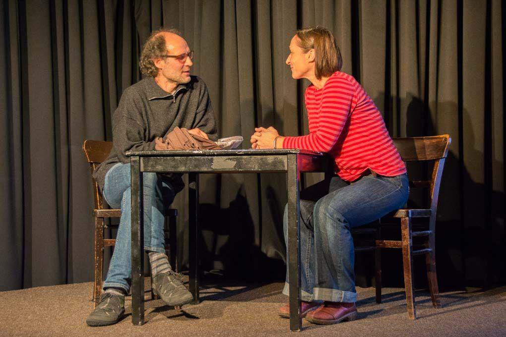 Bernd Schmidt und Laydia Starkulla spielen Szenen zum Vortrag Mitgefühl