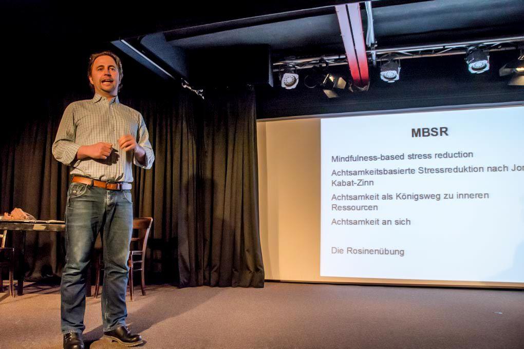 MBSR Trainer Daniel Bußjger beim Vortrag zum Thema Mitgefühl