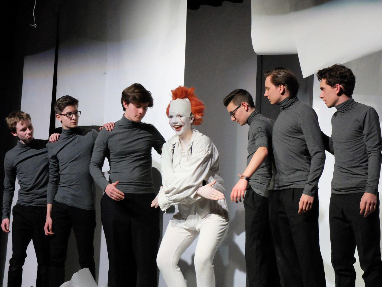 Mephistopheles Clara Lütjohann und sechsmal Faust - Gymnasium Tegernsee Schultheater