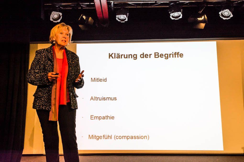 Monika Ziegler refertiert über das Thema. Ist Mitgefühl erlernbar? im Foolstheater im Kultur im Oberbräu Holzkirchen