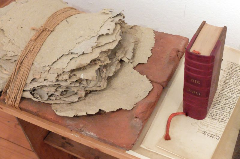 Bibel, Wort, Papier - Installation. Peter Remmling