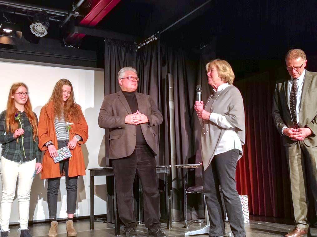 """2. Science Slam - Preisverleihung. an die """"Marsmission"""" für Olivia Menke und Lena Kruse durch die Schuldirektoren Josef Schlemmer und Rainer Dlugosch und Dr. Monika Ziegler von Kulturvision e.V."""