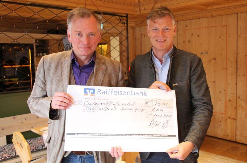 Christian Springer und Rafael Schenz bei der Scheckübergabe für die Flüchtlinge aus Syrien