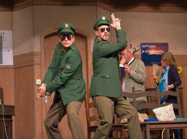 Jungpolizisten, gespielt von Felix Thörl und Tobi Bubanj