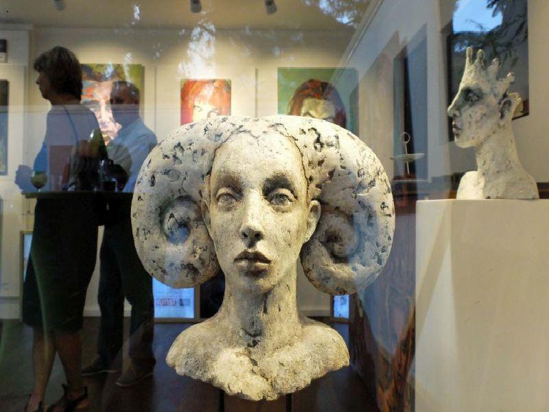 Figur von Tatjana Raum im Schaufenster Galerie kunst und mehr