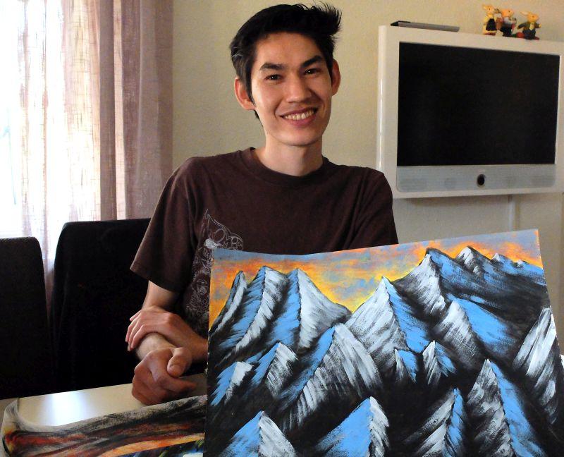 Der junge Geflüchtete aus Afghanistan Yasin Rezaie malt am liebsten die Berge und das Meer