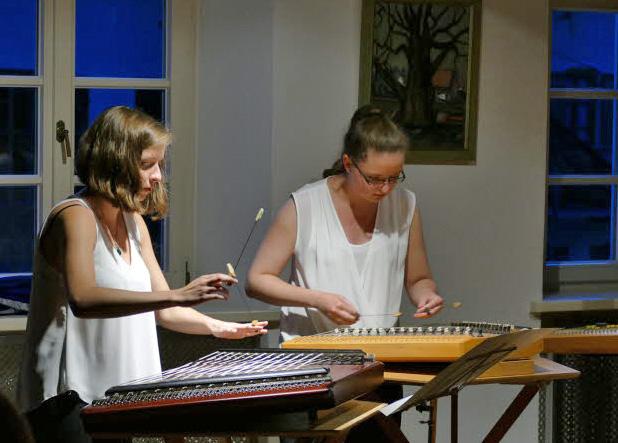 Johanna und Viktoria Kainz an Hackbrettern. Foto: Kulturwerkstatt im Oberland
