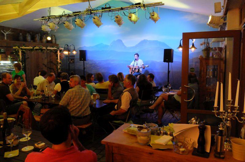 Die idyllische Kleinkunsbühne samt Alpenpanorama. Foto: IW
