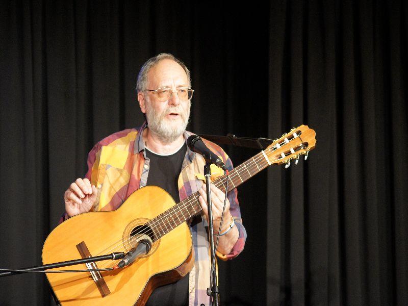 Horst Eberl hat die Lacher auf seiner Seite beim Musikkabarett